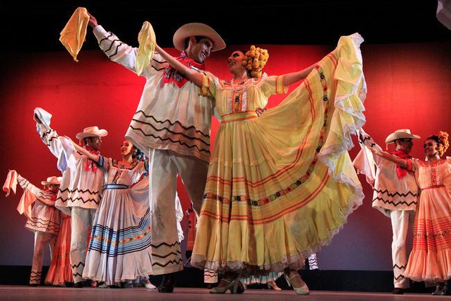 4 - El Ballet Folklórico de México de Amalia Hernández despertó entusiasmo nacionalista en el Festival Internacional Cervantino (FIC), en la explanada de la Alhóndiga de Granaditas. NOTIMEX