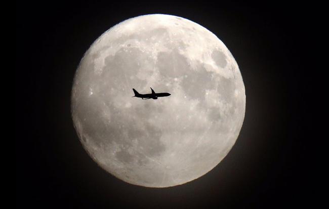 2 - La Luna brilla intensamente en Europa, Asia, África y América, en la víspera del espectáculo que se espera para este lunes 14 de noviembre. Foto: Twitter.