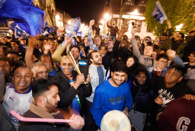 4 - Los aficionados del Leicester City salieron a las calles para celebrar la histórica hazaña al salir campeones de la Premier League. Foto: EFE