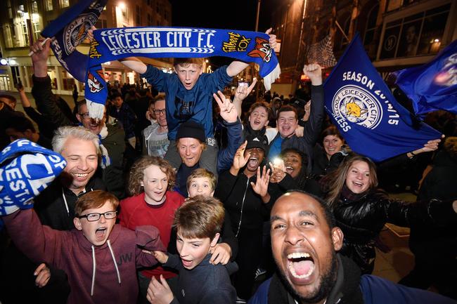 0 - Los aficionados del Leicester City salieron a las calles para celebrar la histórica hazaña al salir campeones de la Premier League. Foto: EFE