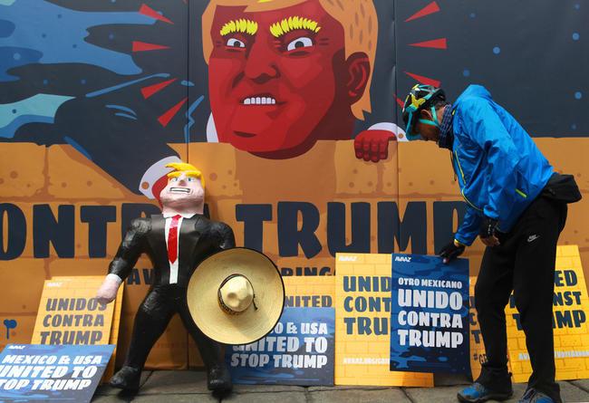 Protestan contra Trump en el Ángel de la Independencia