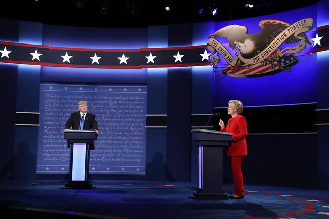 1 - El candidato republicano a la presidencia de Estados Unidos Donald Trump (i) y su rival demócrata Hillary Clinton (d) durante el primer debate hoy, lunes 26 de septiembre de 2016, en la Universidad Hosfra de Hempstead, Nueva York (EUA). Foto: EFE/Andrew Gombert