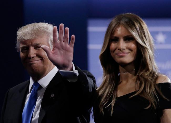 3 - El candidato republicano a la Presidencia de Estados Unidos Donald Trump (i) y su esposa, Melania (d), tras el primer debate de aspirantes a la Casa Blanca hoy, lunes 26 de septiembre de 2016, en la Universidad Hosfra de Hempstead, Nueva York (EUA). Foto: EFE/Peter Foley