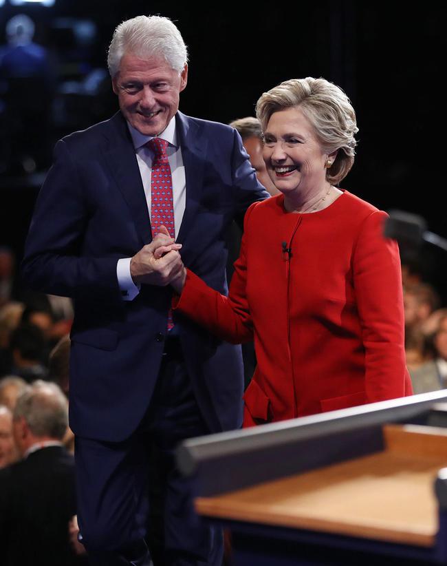 4 - La candidata demócrata a la Presidencia de Estados Unidos Hillary Clinton (i) y el exmandatario Bill Clinton (d) tras el primer debate de aspirantes a la Casa Blanca hoy, lunes 26 de septiembre de 2016, en la Universidad Hosfra de Hempstead, Nueva York (EUA). Foto: EFE/Joe Raedle