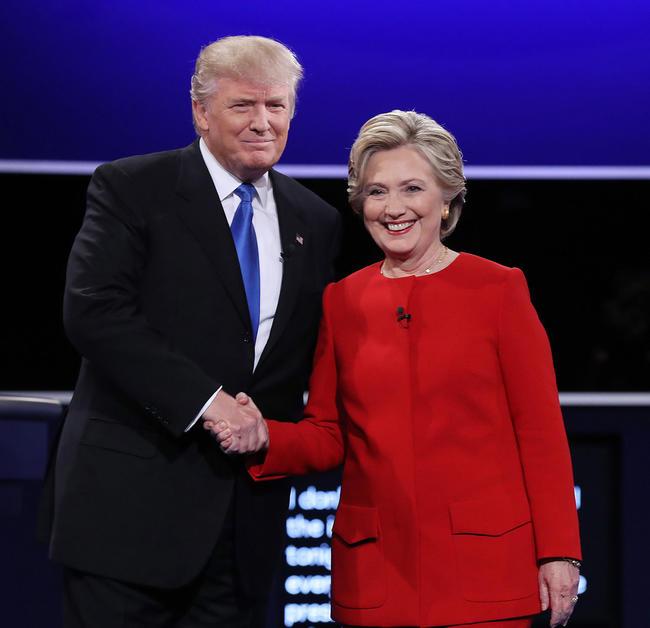 0 - El candidato republicano a la presidencia de Estados Unidos Donald Trump (i) y su rival demócrata Hillary Clinton (d) durante el primer debate hoy, lunes 26 de septiembre de 2016, en la Universidad Hosfra de Hempstead, Nueva York (EUA). Foto: EFE/Justin Lane