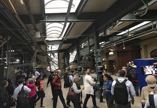 2 - Aparentemente el tren no se detuvo a su llegada a la estación y se empotró contra la instalación. Foto: Efe.