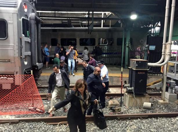 0 - Aparentemente el tren no se detuvo a su llegada a la estación y se empotró contra la instalación. Foto: Twitter.