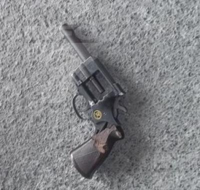 Intenta menor disparar contra policías; lo detienen